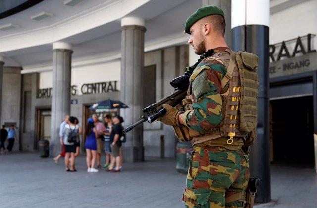 Un soldado delante de la estación central en Bruselas