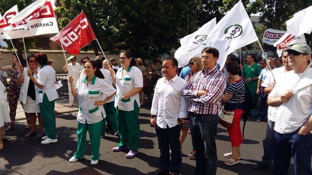 Epresentantes del PSOE en la concentración a las puertas del hospital