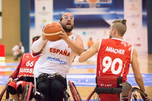 España se estrena con una trabajada victoria masculina contra Suiza