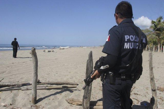 Un policía patrulla las calles de Acapulco.