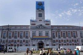 La Real Casa de Correos da la bienvenida al Orgullo con la bandera arcoíris colocada en la lona por obras
