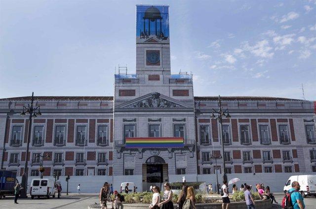La bandera arcoíris en la Real Casa de Correos