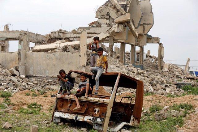 Niños desplazados en Irak juegan en Hamman al Alil