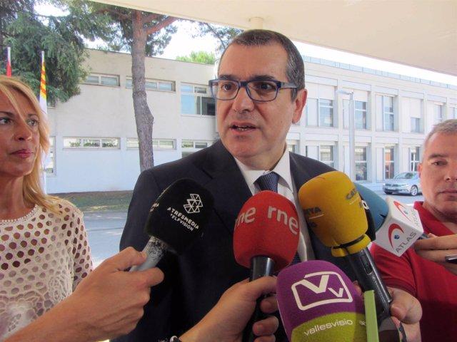 El conseller de Interior, Jordi Jané, atendiendo a los medios