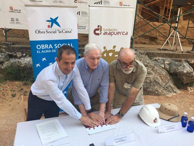 Firma del convenio entre La Caixa y Fund. Atapuerca.