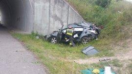 Un muerto y un herido grave al salirse con su coche de la vía en la A67