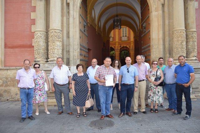 Concentración ante el Arzobispado de Sevilla