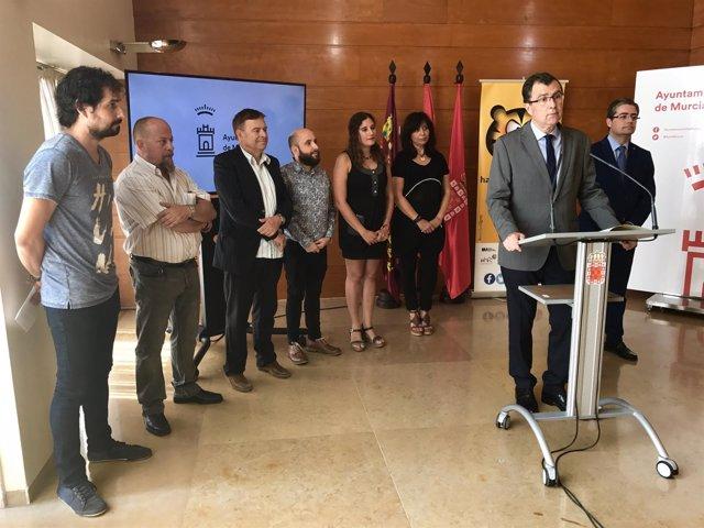 El alcalde de Murcia, José Ballesta, posa con los organizadores y con los artist