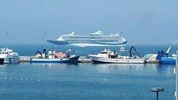 El crucero Tui Discovery en el puerto de Roses