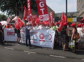 Más de doscientos delegados de UGT y CCOO reclaman ante la Delegación del Gobierno la recuperación de sus derechos
