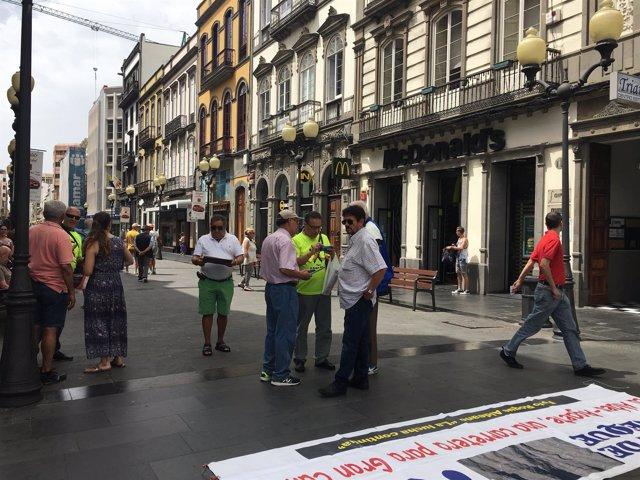 Representantes del Foro Roque Aldeano recogiendo firmas