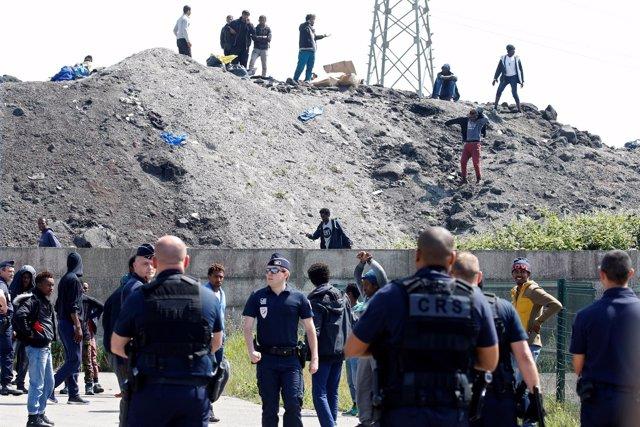 Fuerzas antidisturbios e inmigrantes en Calais