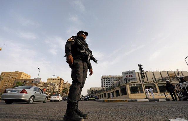 Un agente de la Policía egipcia en El Cairo