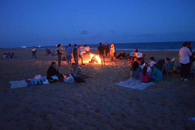 Hoguera en Punta Umbría por la noche de San Juan.