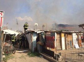 Los bomberos extinguen un aparatoso incendio sin víctimas en Cañada Real que calcina dos chabolas