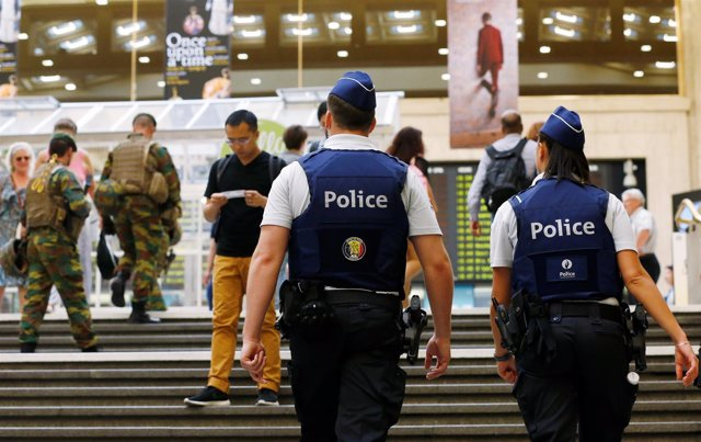 Policías y soldados en la estación central de Bruselas