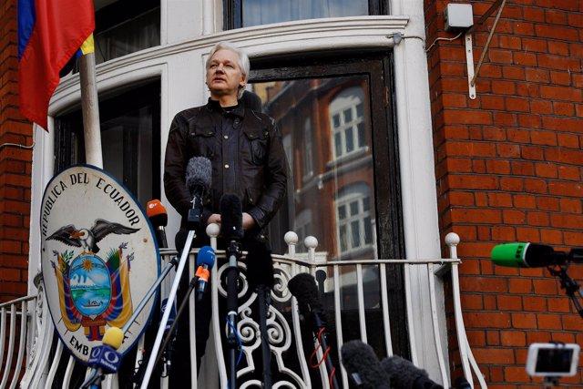 Julian Assange dando una rueda de prensa en la embajada de Ecuador