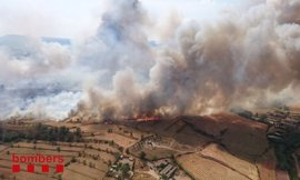 Una veintena de dotaciones de Bomberos remojan el incendio de Sant Fruitós