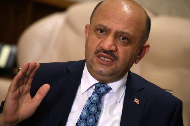 Fikri Isik, ministro de Defensa turco
