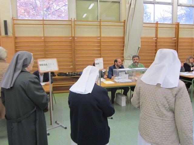 Tres monjas en un colegio electoral trsa depositar el voto en la urna