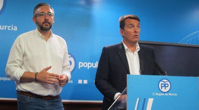 Javier Ruano junto a Víctor Martínez (PP)