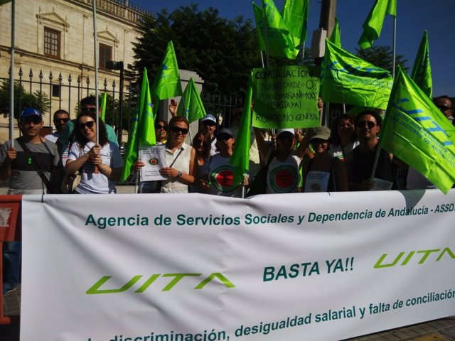 Trabajadores de la Agencia de Dependencia se concentran ante el Parlamento