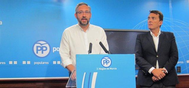 El portavoz del PP, Víctor Martínez,  junto a Ruano