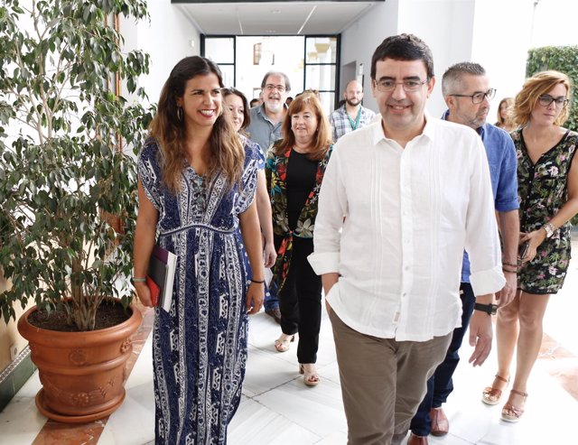 Teresa Rodríguez (Podemos) y Mario Jiménez (PSOE) en el Registro del Parlamento
