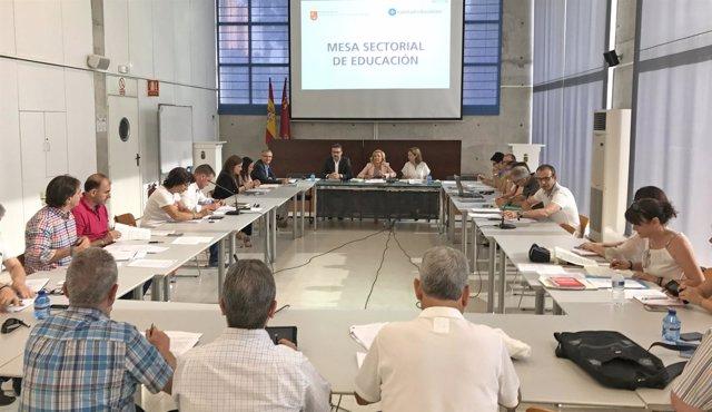 Martínez-Cachá presidiendo la Mesa Sectorial de Educación
