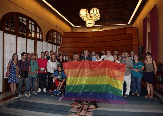 Durán y diputados andaluces con colectivos Lgtbi y la bandera de la Diversidad
