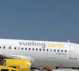 Vueling desaloja a los 153 pasajeros de un vuelo a Roma al chocar el avión con un coche de pista