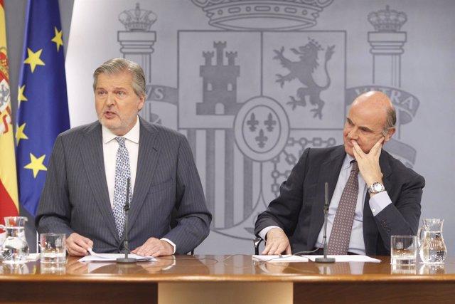 Iñigo Méndez de Vigo y Luis de Guindos en rueda de prensa tras el Consejo