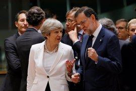 """Rajoy dice estar dispuesto a hablar con Sánchez cuando """"desee"""" porque tienen que hacer un esfuerzo para entenderse"""