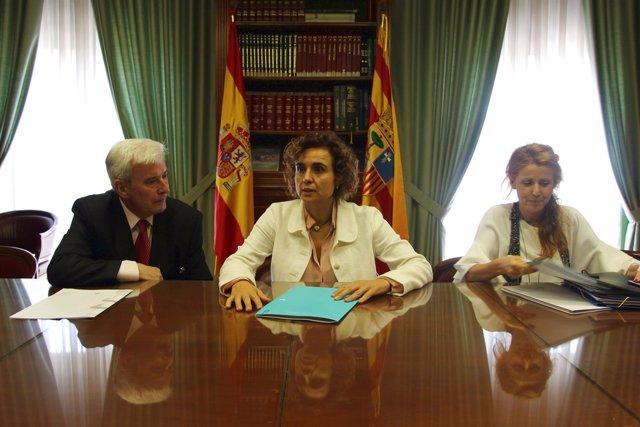 La ministra de Sanidad se ha entrevistado con el delegado del Gobierno.