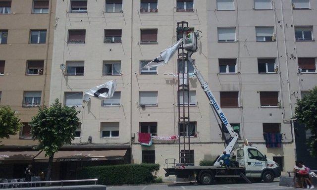 Retirada de una pancarta de presos de ETA en Vitoria