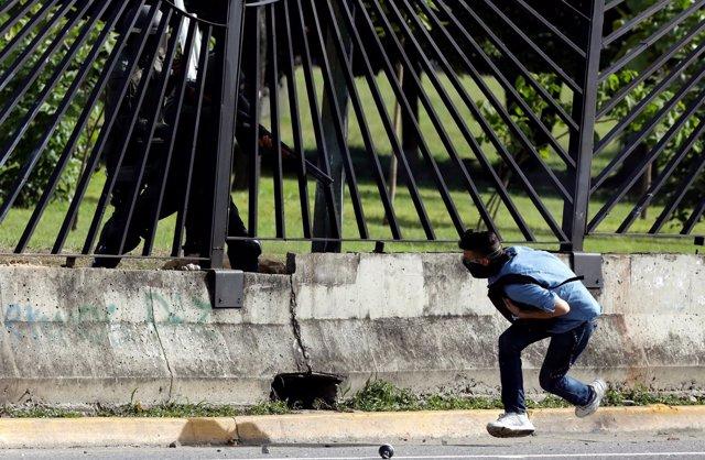Guardia Nacional dispara a un manifestante en Caracas
