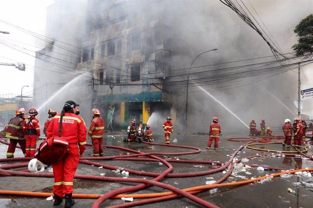 Incendio en un almacén del centro de Lima