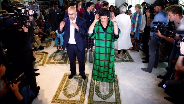 Hombres y mujeres rezando juntos en la nueva mezquita liberal de Berlín.