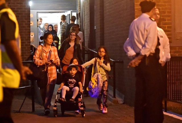 Residentes evacuados de una torre de apartamentos en Londres