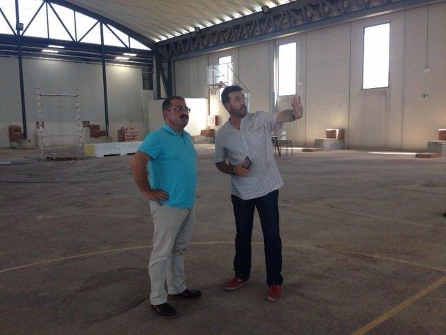 Visita de José Castro al polideportivo de Huesa (Jaén)
