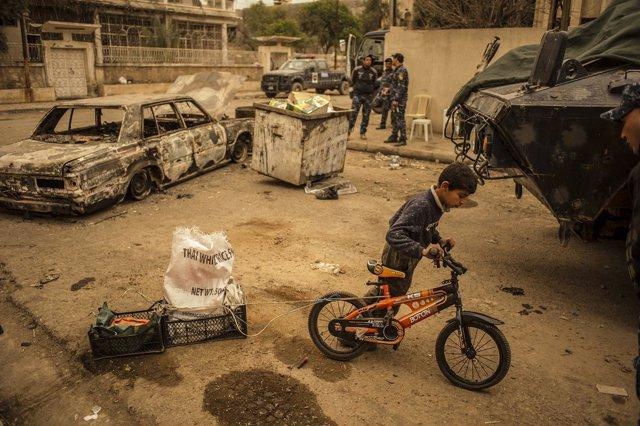 Un niño en una calle de Mosul