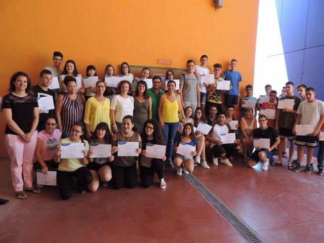 Los alumnos de 3º de ESO del IES 'Aurantia' con sus diplomas acreditativos.