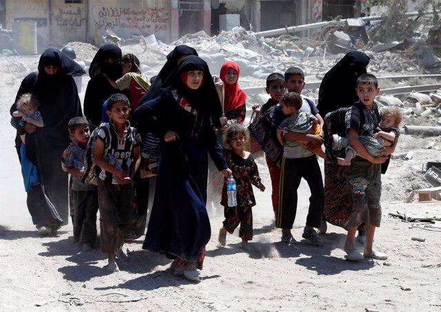 Mujeres y niños desplazados por la ofensiva en la Ciudad Vieja de Mosul
