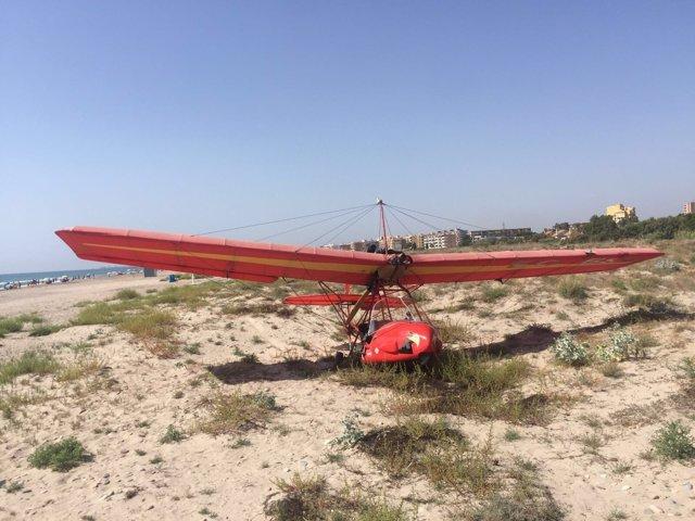 El aparato ha quedado en medio de la playa hasta su retirada