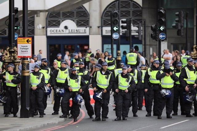 Oficiales de Policía bordean las calles durante protestas en Londres
