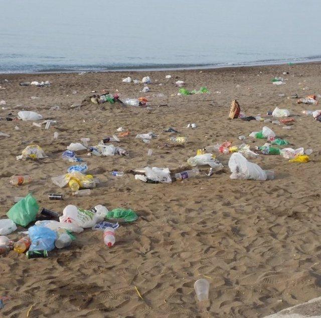 Basura en las playas de Málaga tras la noche de San Juan