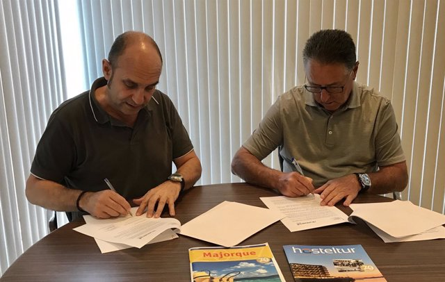 Firma de convenio estación telecomunicaciones Colònia de Sant Jordi