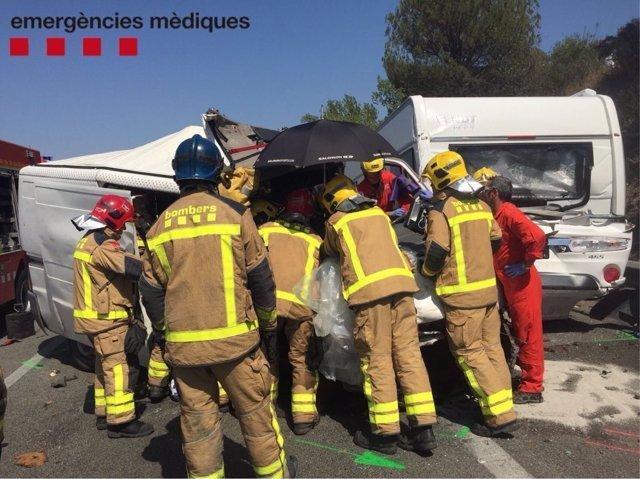Bomberos trabajando en un accidente de tráfico en la AP-7