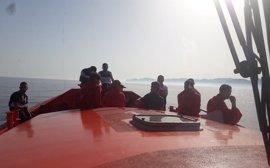 Trasladan al puerto de Almería a 14 personas rescatadas de una patera a 45 millas del Cabo de Gata