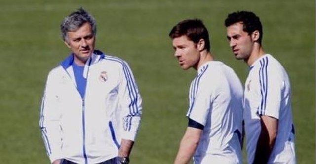 Mourinho con Arbeloa y Xabi Alonso